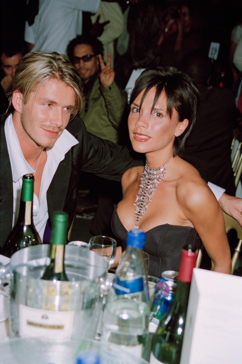 """1999年10月、ヴィクトリアと結婚後、ロンドンのロイヤル・アルバート・ホールで開催されたイギリスの音楽賞MOBOアワードに出席。当時のデヴィッドのスーツの着こなしは、胸を大胆に開けた""""チャラ男風""""スタイルが主流だった。"""
