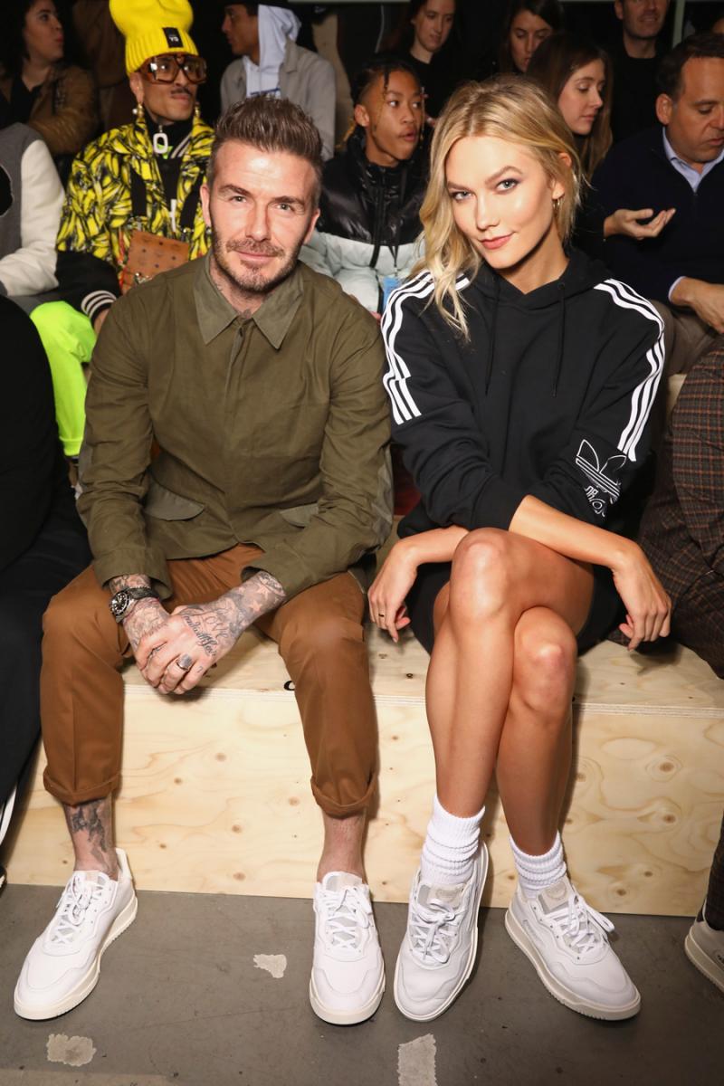 2019年1月、パリのファッションウィークにて。アースカラーの絶妙なコンビネーションに、足元のロールアップを効かせ、モデルのカーリー・クロス(27)と並んでも引けを取らないデヴィッドのスタイル。メンズセレブ界をリードするファッショニスタの一員に!