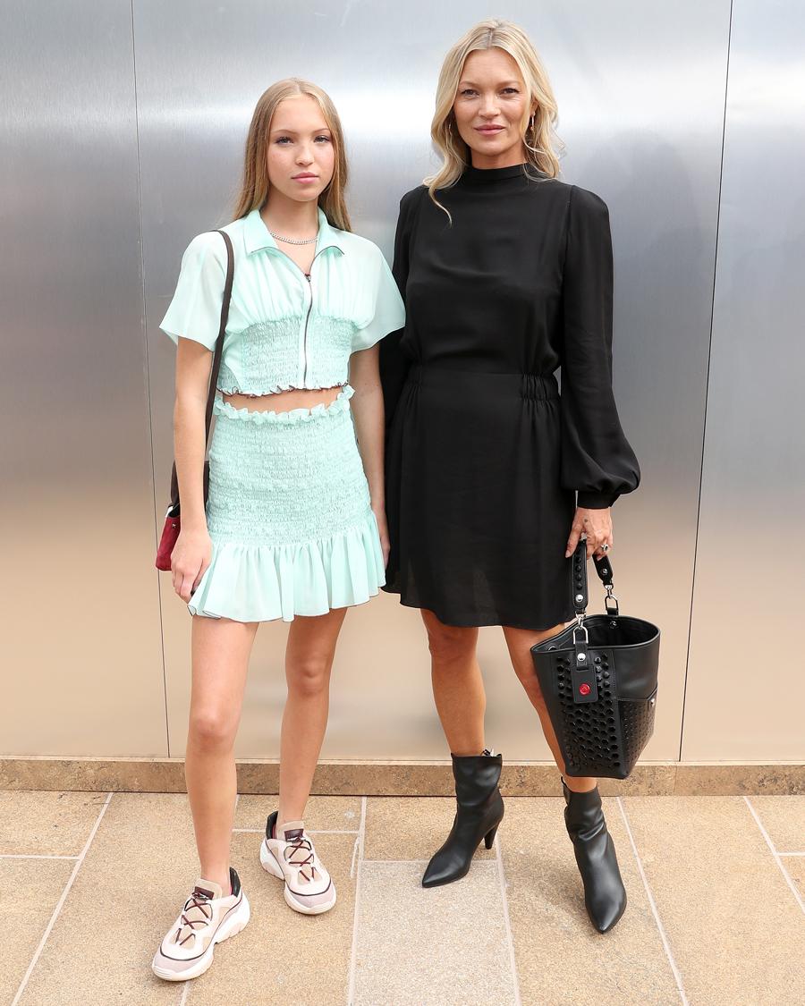 【ライラ・グレース&ケイト・モス】圧倒的なファッションセンスを持つモデルのケイト(45)。娘のライラはモデルデビューするや、17歳にしてその存在感と着こなしで、早くも唯一無二の存在に。ドラッグ&アルコールのトラブルだけは、受け継がれないことを願うばかり!