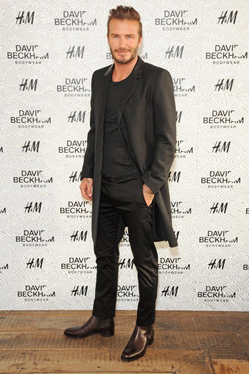 2014年5月、ロンドンで開催されたデヴィッド・ベッカムFor H&Mスイムウェアのローンチパーティ。長め丈のジャケットを合わせ、パンツは細身タイプをセレクト。この頃から、ゆったりめのパンツから細身のパンツへ完全に移行した。