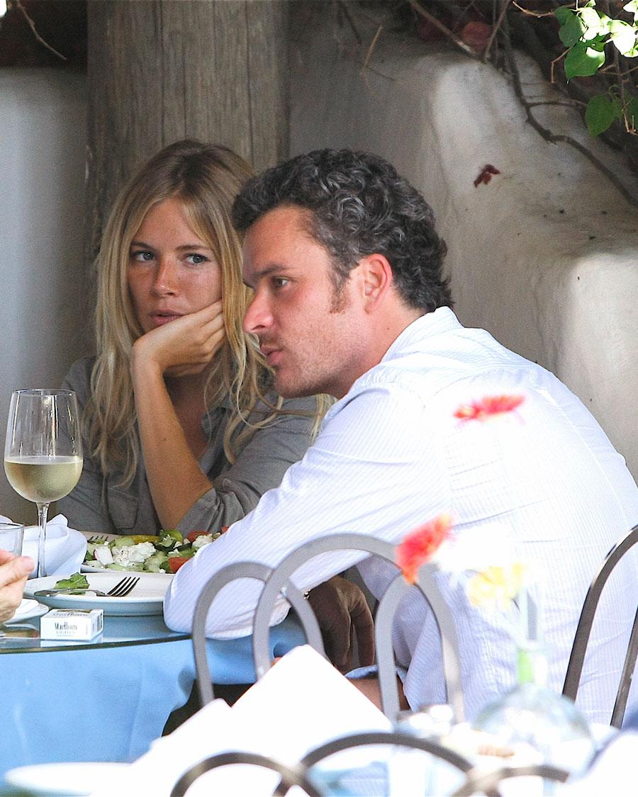 2008年、イタリアのリゾート地でバカンスを楽しむ姿をパパラッチされ、シエナ・ミラー(38)とバルサザール・ゲティ(45)の不倫が明るみに! 当時、人気ドラマ『ブラザーズ&シスターズ』に出演していたバルサザールには、10カ月になる子どもが。  このスキャンダルに世間は怒り心頭。ドラマのキャストとの関係も険悪になったというバルサザールは、終いに降板となってしまう。シエナにベタ惚れだったようで、バッシング覚悟で離婚すると宣言したものの、関係はあっけなく数カ月で終了。結局離婚はせず、現在は家族で仲良く暮らしている。