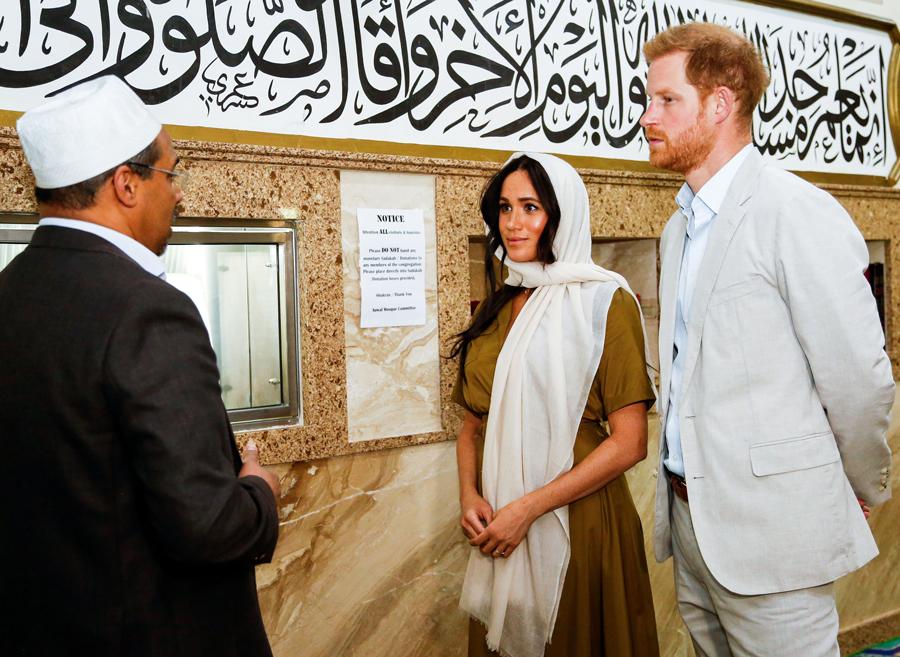 こちらもまたアフリカ公式訪問中の1枚。真剣に話に耳を傾けるヘンリー王子夫妻。