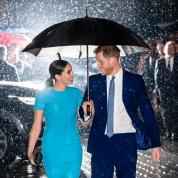 ブーイングにもこの笑顔! 相合傘で見つめ 合うヘンリー王子&メーガン