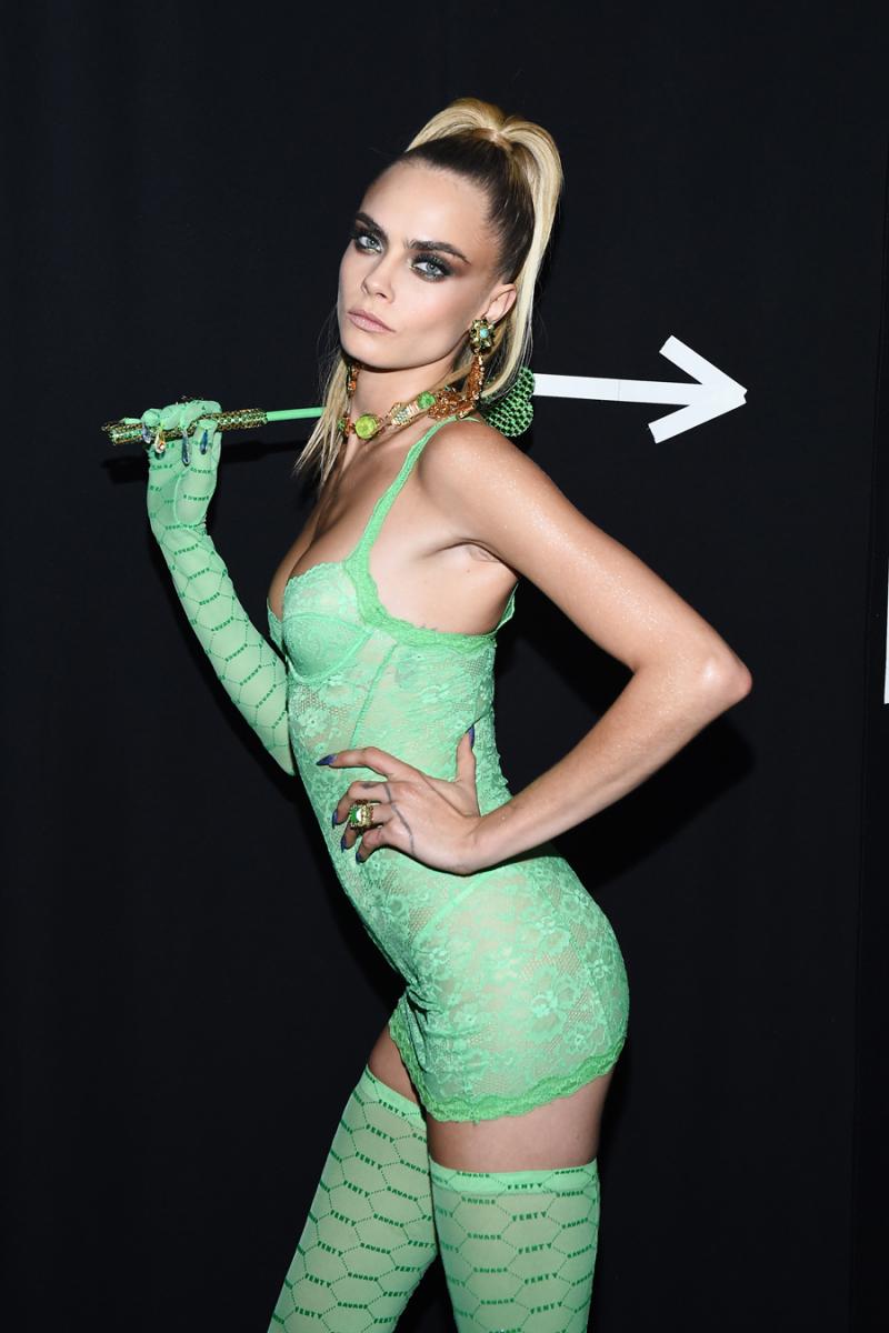 2019年9月10日(現地時間)、ニューヨークのブルックリンで開催されたリアーナが手掛けるランジェリーブランドのサヴェージ×フェンティのショーの舞台裏にて。色あざやかなグリーンのランジェリーをまとったカーラは美しい。