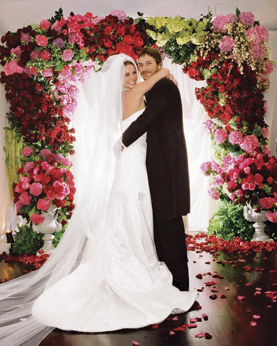ジャスティンを失って傷ついたブリトニーに近づき、さらに悪い方向へ導いた!と囁かれるのがブリトニーの2回目の結婚相手であるケヴィン・フェダーライン(42)。周知の通り、彼は典型的なヒモ男だったのだ。  そうとは知らずに、ケヴィンにベタ惚れのブリトニーは2004年9月に結婚。翌年には第一子を、翌々年には第二子を出産した。だが、次第にケヴィンのダメさに気づいたのか、ブリトニーは離婚を決意。しかし無事に離婚が成立したあとも、精神的に不安定な状況が継続。そんな娘の姿を見てか、父ジェイミー・スピアーズ(67)は、現在交際中のサム・アスガリ(26)との結婚に猛反対。すぐにでも結婚したいというブリトニーの願いは叶うか?