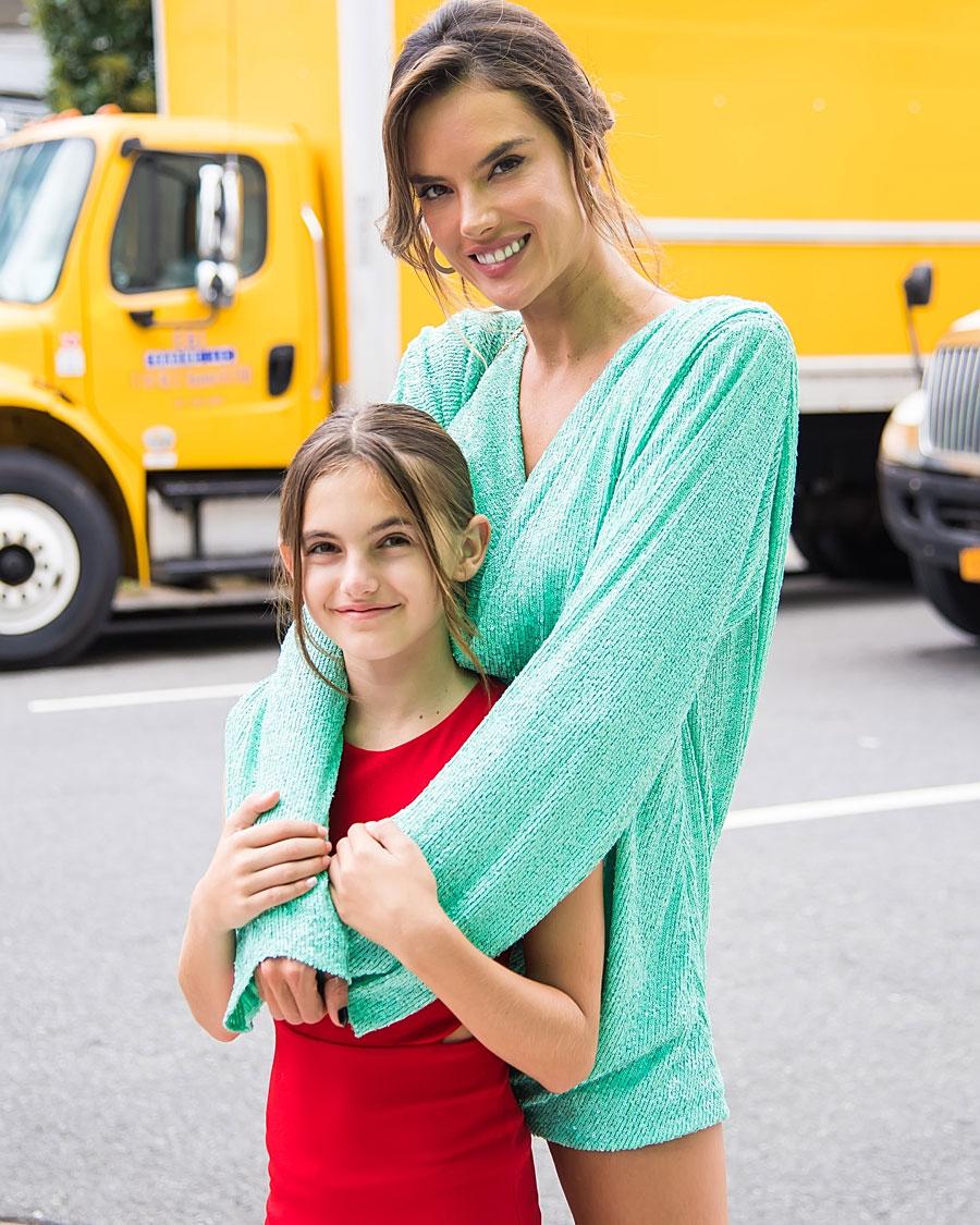 アレッサンドラ・アンブロジオと娘のアーニャ・ルイーズ・アンブロジオ。