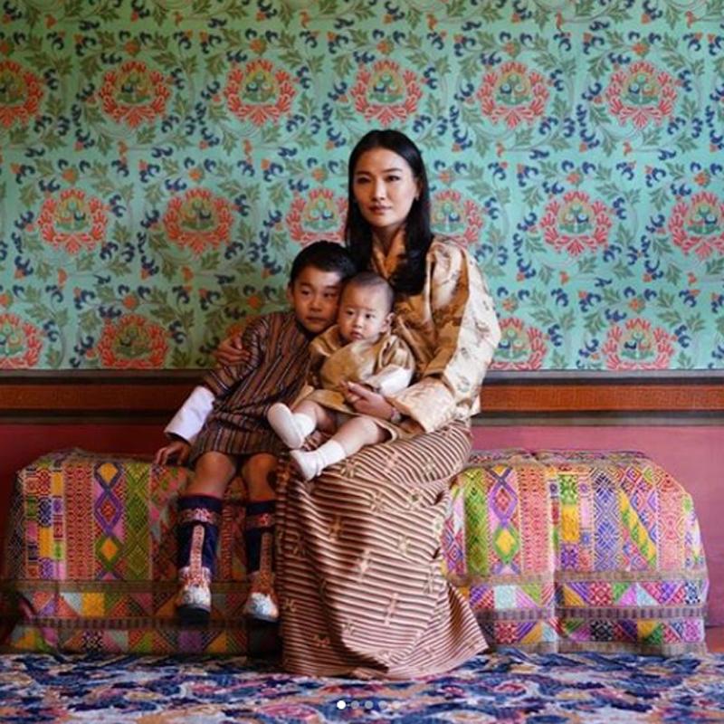 ペマ王妃と2人の王子。母に寄り添うふたりの王子の姿が愛らしい。