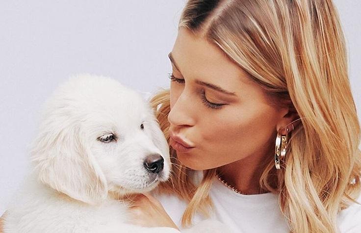 犬にキスするヘイリー・ビーバー