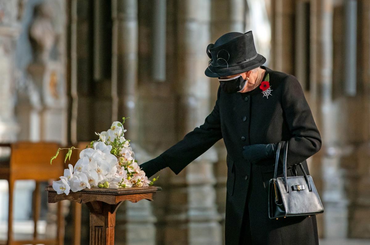 戦没者に献花を行うエリザベス女王。
