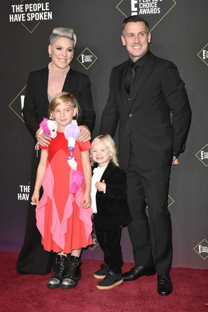 夫のケアリー・ハートと娘のウィローは感染を免れたと報じられている。