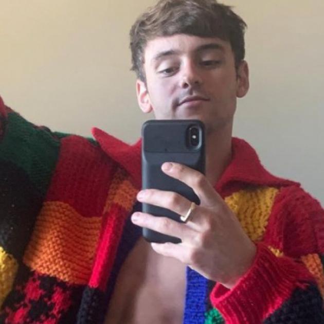 「編み物王子」トーマス・デーリー選手の新作ニットに世界がどよめく! ハリー・スタイルズのカーディガンを見事に再現
