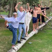 デミ・ムーアが元夫ブルース・ウィリスの誕生日を祝福! 一家が大集合した仲良し写真に、癒されるファン続出