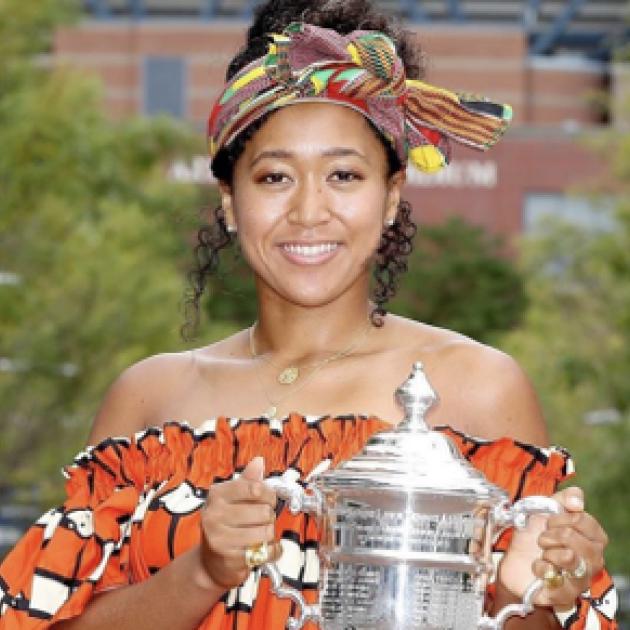 大坂なおみ選手が全米オープン2度目の優勝! 決勝戦から一夜、トロフィーを手にドレスアップ