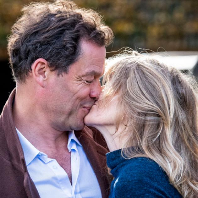 リリー・ジェームズとの不倫をパパラッチされたドミニク・ウェスト、報道陣の前で妻と熱烈キス! 壮大なスキャンダルへと発展
