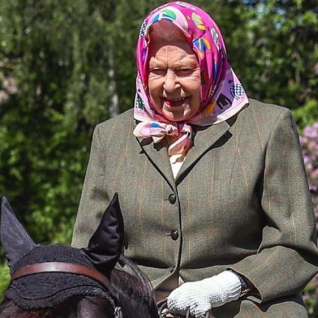 ギャラリー・画像・写真   乗馬スタイルにも気品が漂う! 94歳のエリザベス女王、ロックダウン後初の屋外写真が公開される