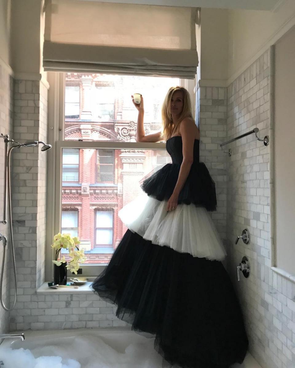 自宅のバスルームでゴージャスにドレスアップ!