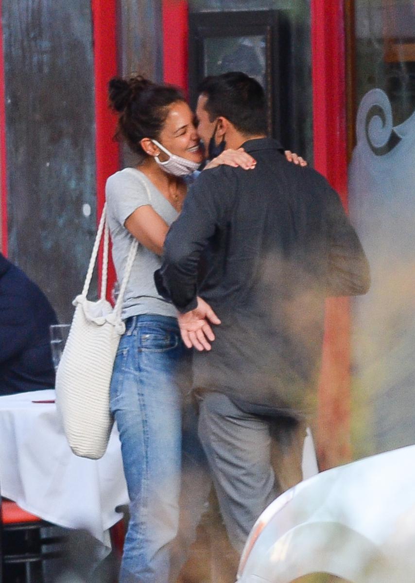 ふたりは人目をはばからずキスをするなどラブラブの様子!