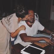 キム・カーダシアン&カニエ・ウェスト、「コロナ離婚」を回避? 結婚記念日をキス写真とともに祝福!