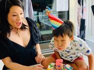ルーシー・リュー、5歳になった息子のバースデー写真を公開! 「子どものために闘う」と決意のコメントも