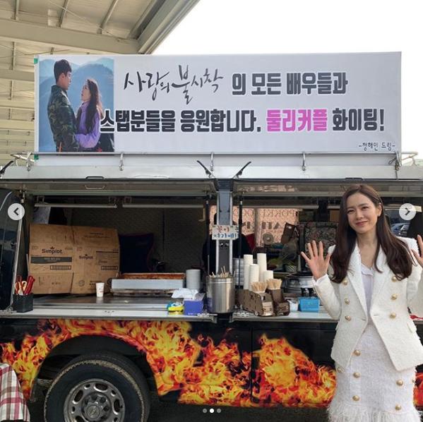 韓国の女性CEOらしい、オールホワイトのジャケットスタイル!