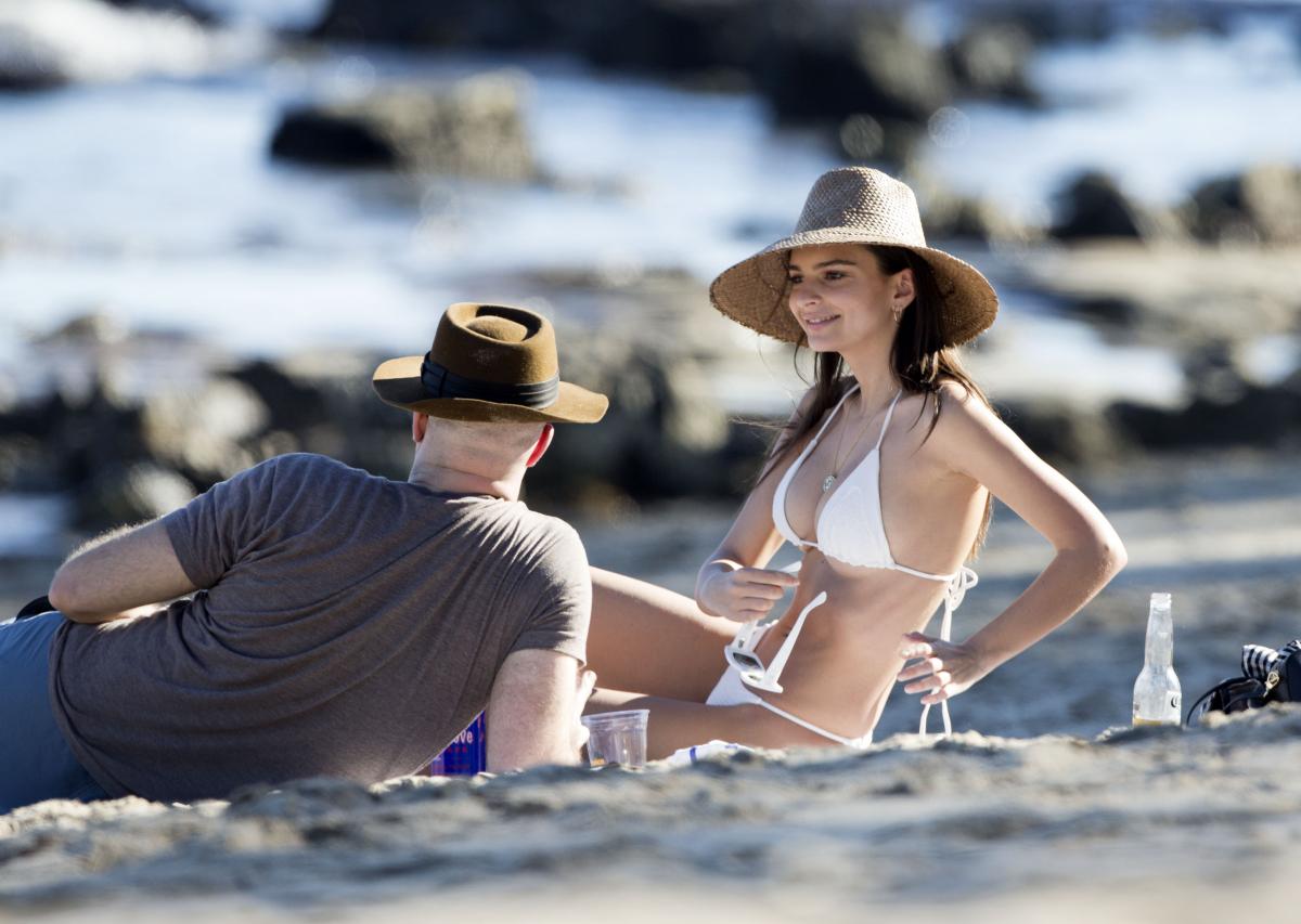 夫のセバスチャンとビーチタイムを楽しむ