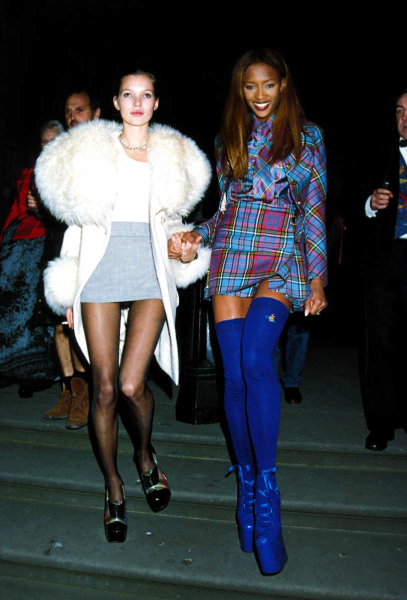 王道のミニスカートにゴージャスなファーを添えて