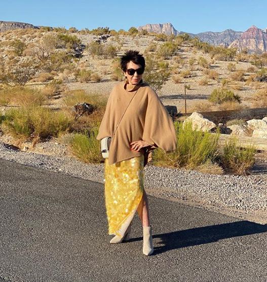 【ドリー・ジェイコブソン】スリットスカートで醸し出す女性らしさ