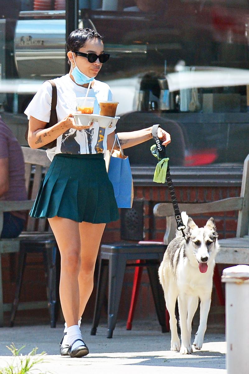 ディープグリーンのプリーツスカートが新鮮!