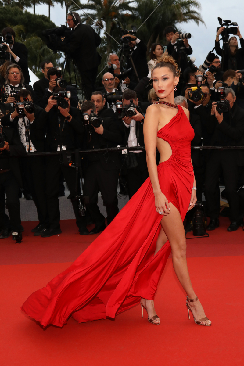 真っ赤なドレスには赤のマットリップで
