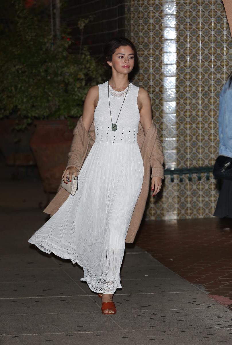 定番の愛されホワイトドレスをなびかせて