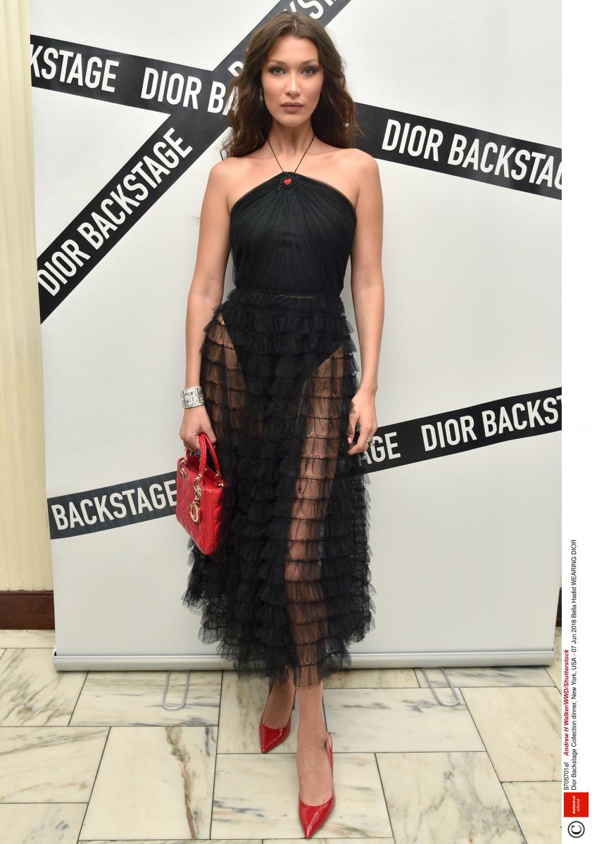 異素材の組み合わせが印象的なブラックドレス