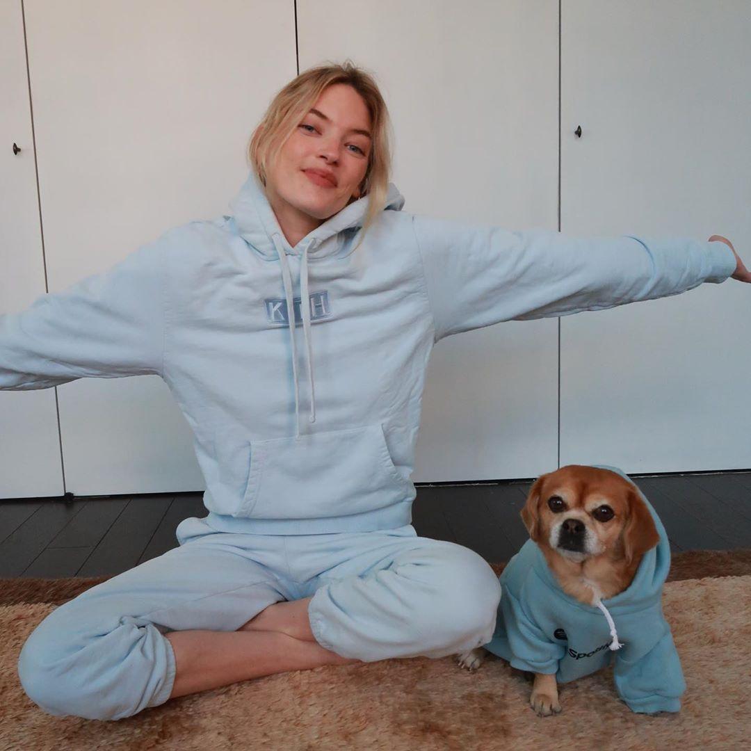 愛犬と同じブルーのスウェットを纏うマーサ
