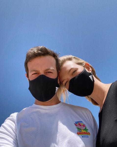 【カーリー・クロス】夫婦で仲良くアディダスのマスクにゾッコン!
