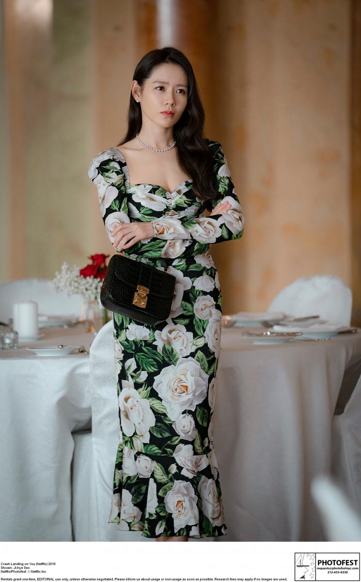 大輪が舞う花柄のドレスをまとって