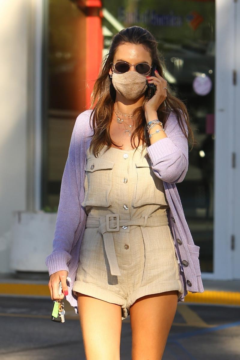 【アレッサンドラ・アンブロジオ】ロンパースとマスクをベージュに統一