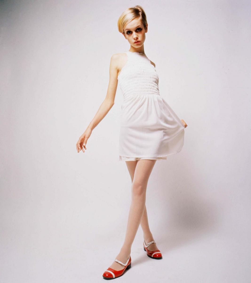 ホワイトドレスにレイヤードして