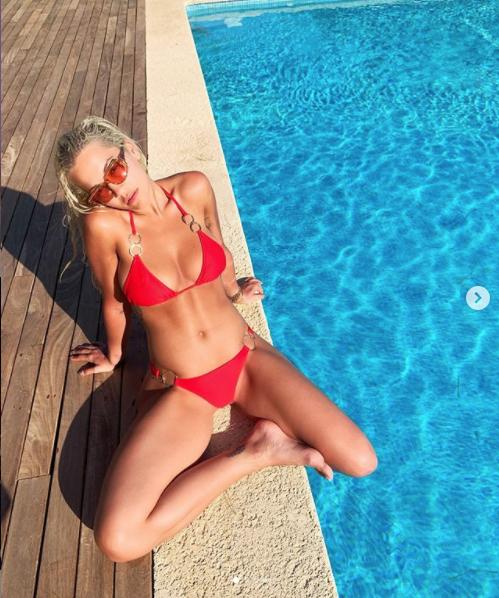定番の赤水着で、たっぷりと日差しを浴びて