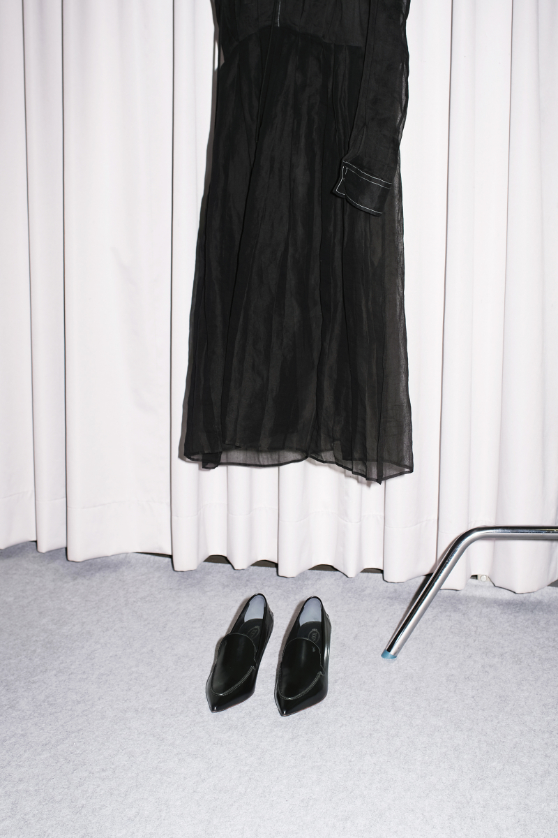 カーフレザーパンプス〈ヒール6cm〉¥86,900・シアープリーツドレス¥281,600/トッズ•ジャパン(トッズ)