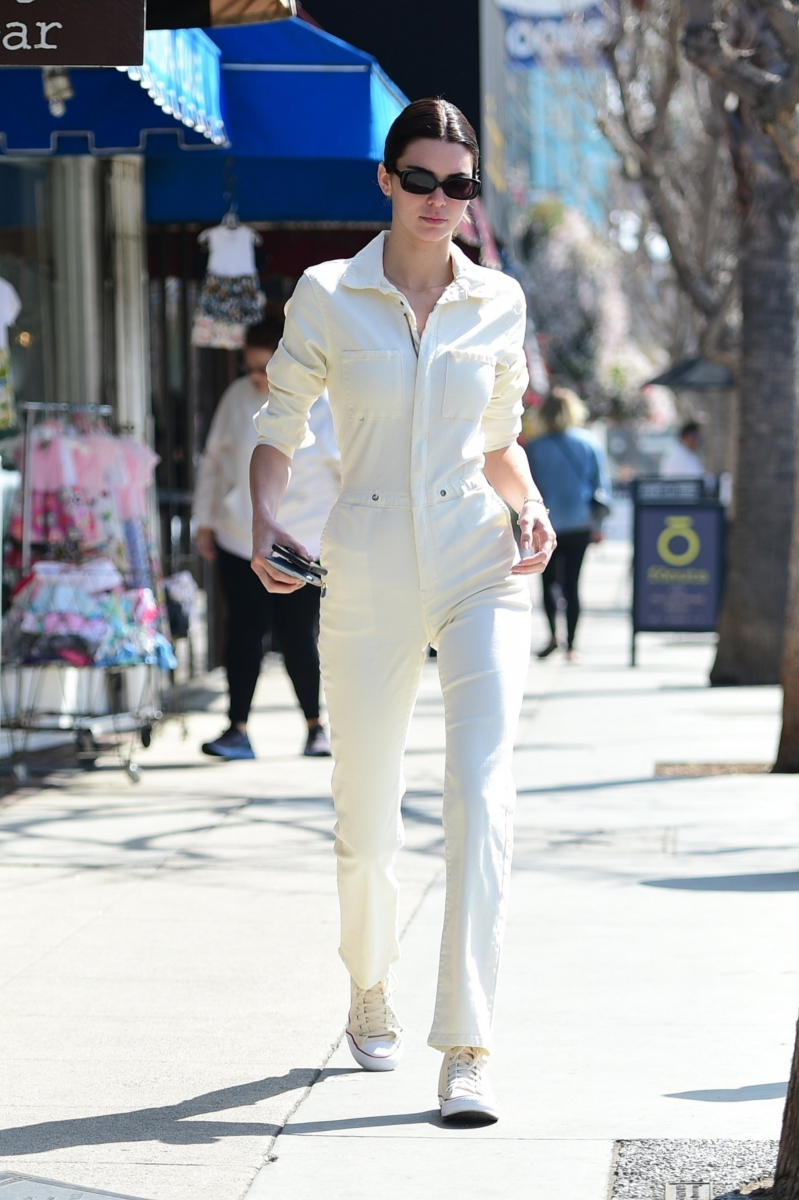着こなすのが難しい白のボイラースーツが主役