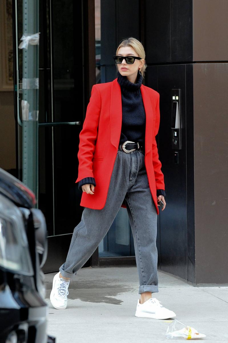 赤ジャケット×ブラック、シックなデニムスタイル