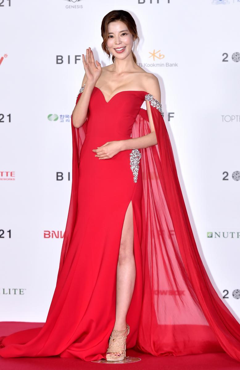 キム・ジュリ/真っ赤なドレスで視線を独占
