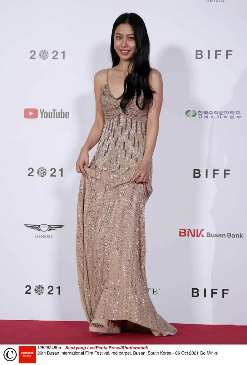 コ・ミンシ/可愛らしい笑顔に似合うベージュのドレス
