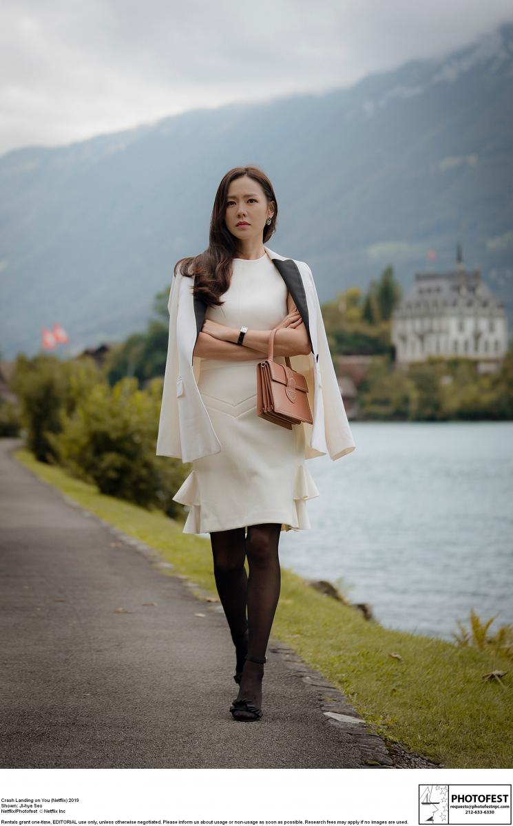 オープニングシーンでの セレブらしい装いのユン・セリ