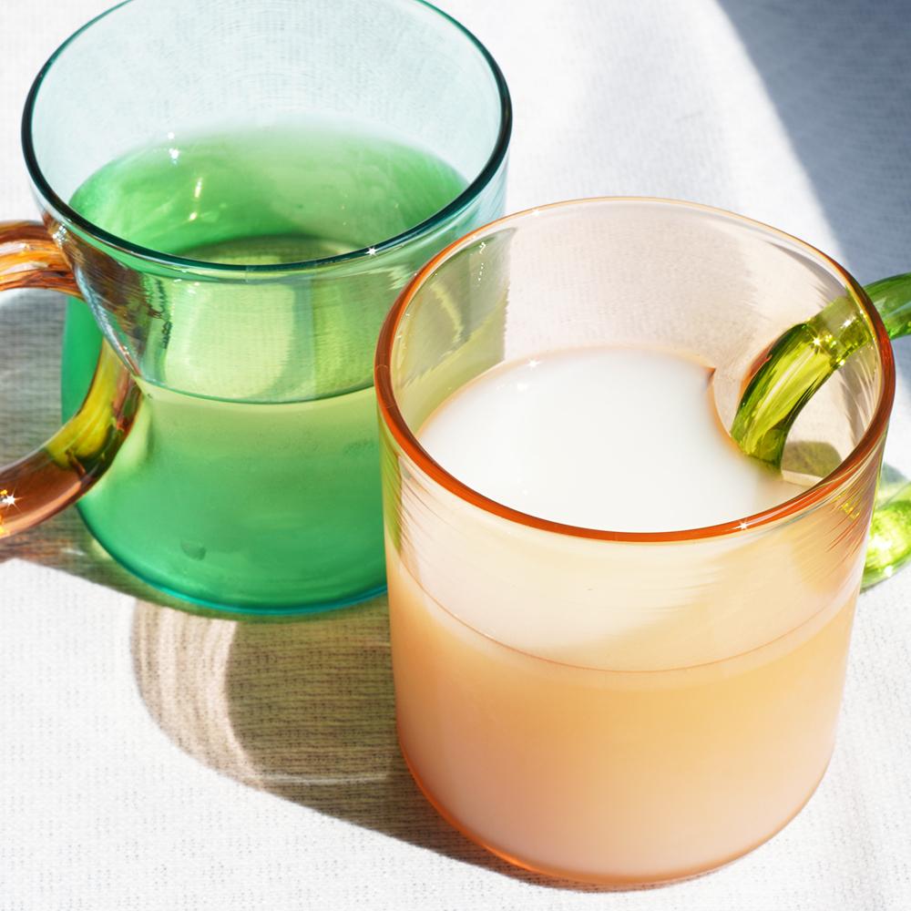 飲み物を入れるとまた違った表情を見せてくれます。最近ハマっている氷出しの緑茶と、濃いめのカルピスでデスクワーク中の水分補給を。