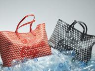 世界中で話題になったエコバッグが進化! アニヤ・ハインドマーチがサステイナブルなトートバッグ「アイ アム ア プラスチック バッグ」を発売