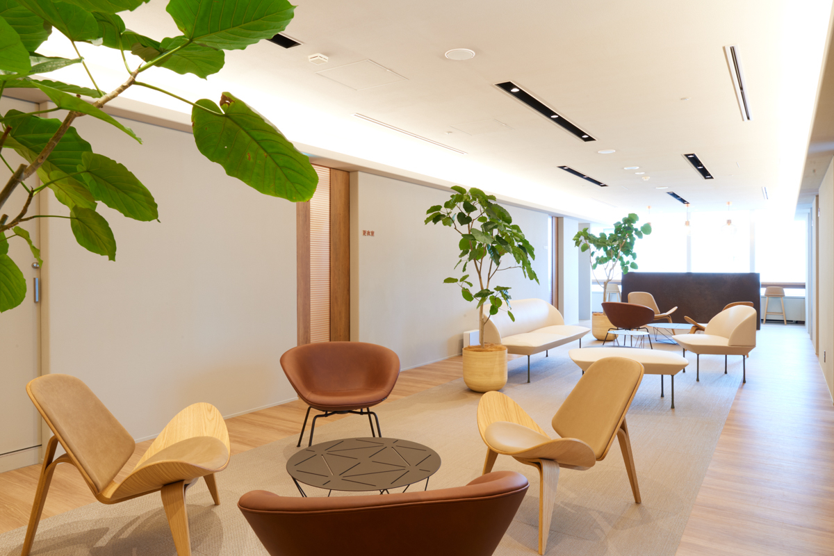まるでリビングのような待合スペースは広々としており、椅子と椅子が離れているため人が密集しないようにデザインされている。