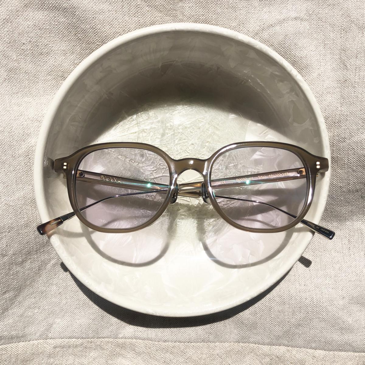 半透明なブラウンのフレームは抜け感があっておしゃれ。伊達メガネとしても使えます。 B0032mt-PC TAUPE / CLR - GRY ¥37,000/BLANC.