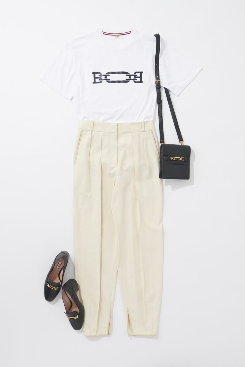 Tシャツ メンズ¥22,000、パンツ¥96,000、バッグ¥95,000、シューズ¥72,000/バリー 銀座店(バリー)