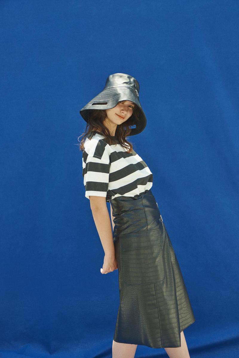 Tシャツ¥22,000/マインド(マインデニム)03-6721-0757、帽子にしたバッグ¥57,420/ブランドニュース(カラ)03-3797-3673、スカート¥23,000/ザ・ウォール ショールーム(ミジョン パーク)03-5774-4001