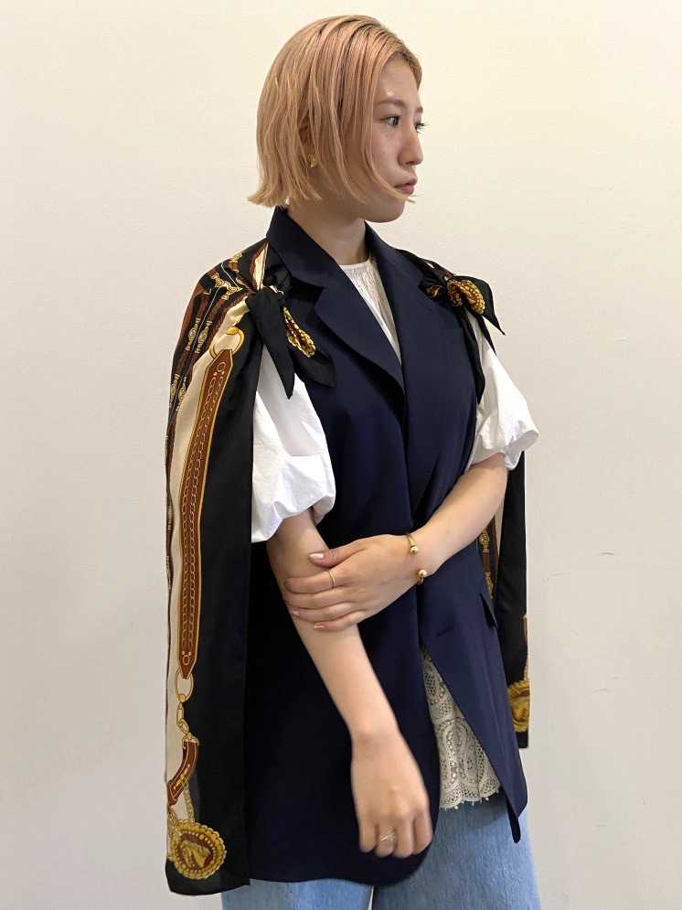 スカーフを羽織ったかのようなデザインのノースリーブジャケットも